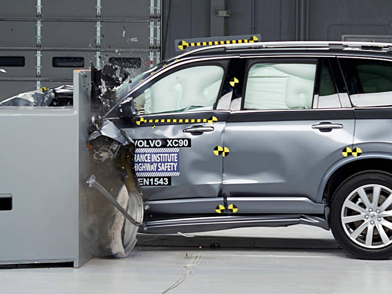 Dieselmotorn kan ha nått vägs ände, tror Volvo personbilar. Detta då tillverkningskostnaden för elbilar väntas sjunka ytterligare. Här slutar livet för en XC90, som även finns med dieselmotor, i samband med ett krocktest.